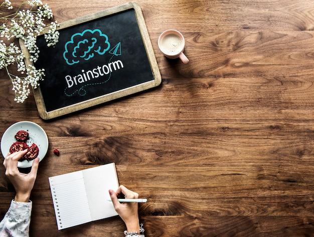 Brainstorm scritto su una lavagna