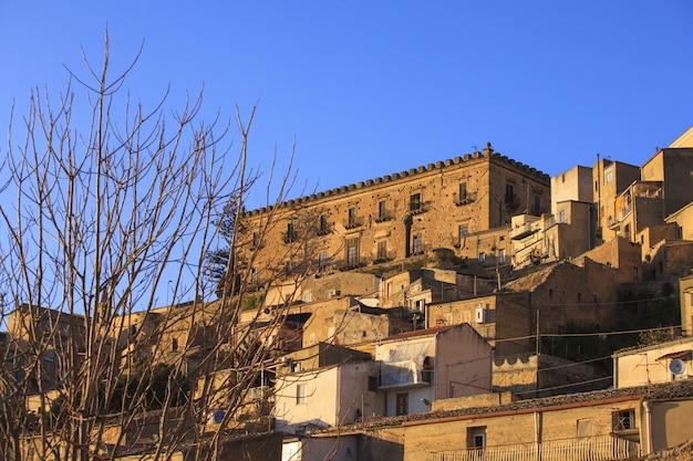 Branciforti che costruisce a leonforte, in sicilia