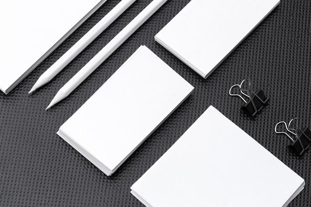 Branding mock up. la cancelleria corporativa in bianco ha impostato su documento nero.