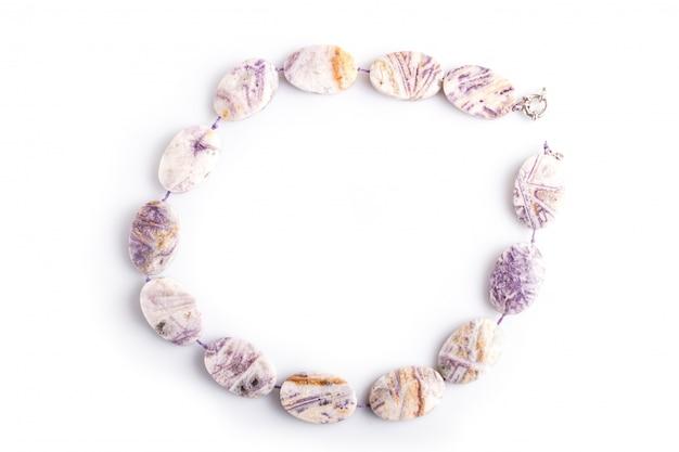 Branelli colorati agata isolati su superficie bianca