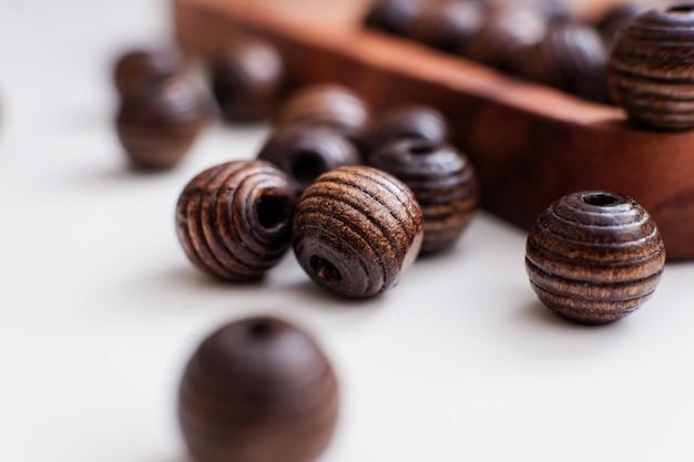 Branelli marroni su un vassoio di legno
