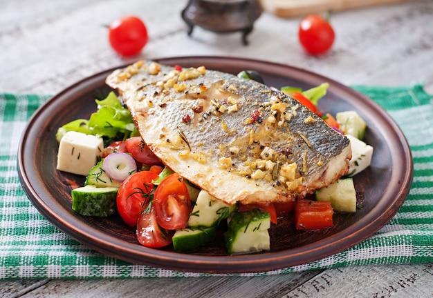 Branzino al forno con insalata greca