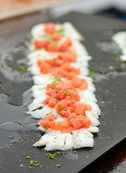 Branzino filetto di pesce con pomodori