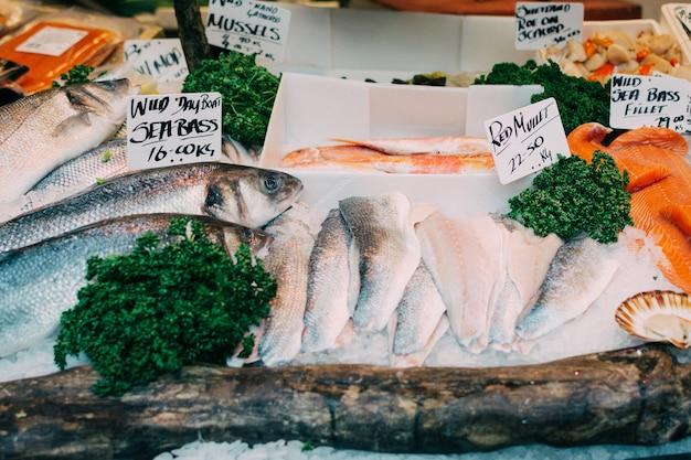 Branzino in vendita al mercato del pesce