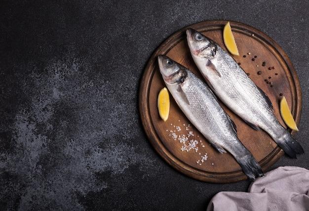 Branzino intero crudo fresco. pesce crudo della spigola con gli ingredienti delle erbe e delle spezie.