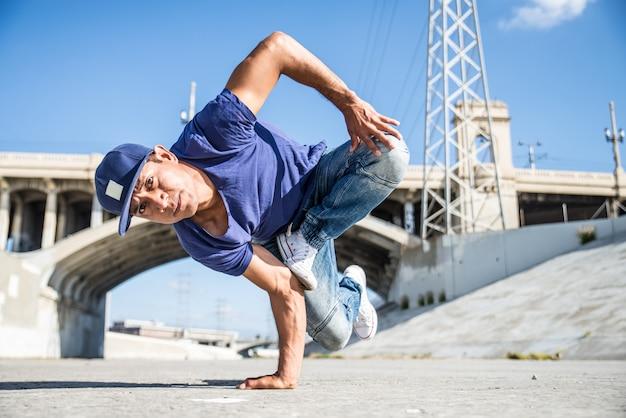 Breakdancers che eseguono trucchi