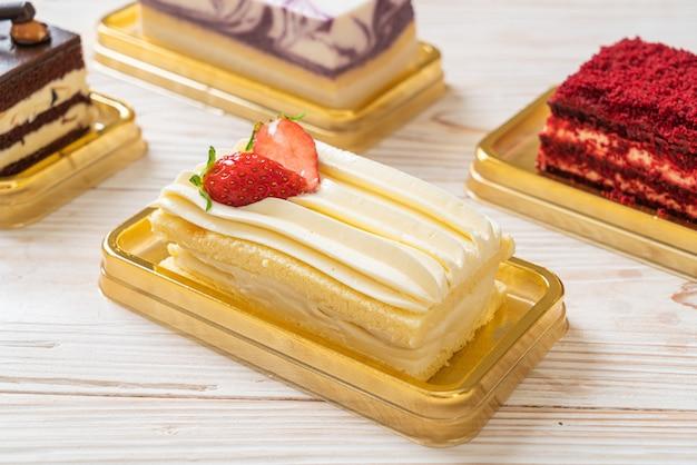 Breve torta deliziosa della fragola sulla tavola