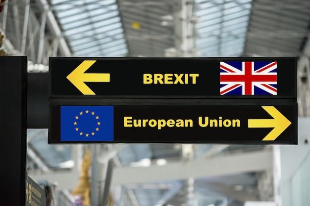 Brexit o uscita britannica sul bordo del segno dell'aeroporto con fondo vago