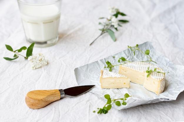 Brie del primo piano con latte