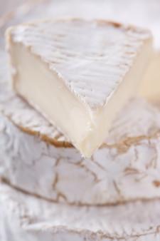 Brie su una tavola di legno