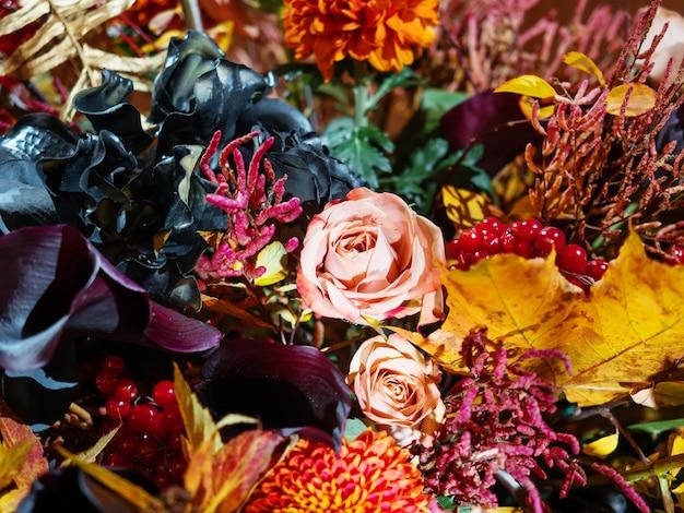 Brillante bouquet autunnale con rose color pesca