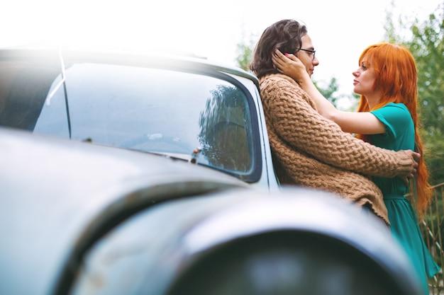 Brillante coppia alla moda divertirsi e baciare all'aperto