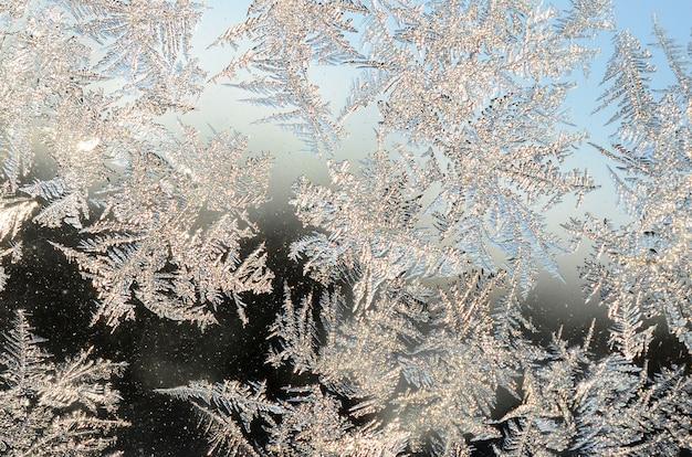 Brina dei fiocchi di neve sul vetro della finestra