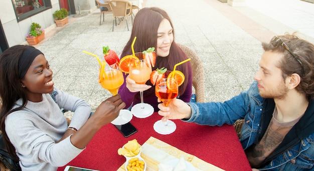 Brindando con cocktail per festeggiare l'amicizia.