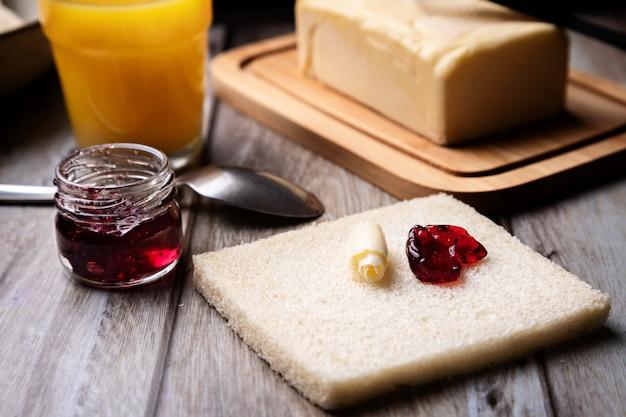 Brindare con burro e marmellata di frutti rossi