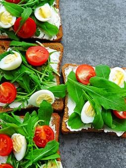 Brindisi fitness con rucola, crema di formaggio, pomodorini e uova di quaglia