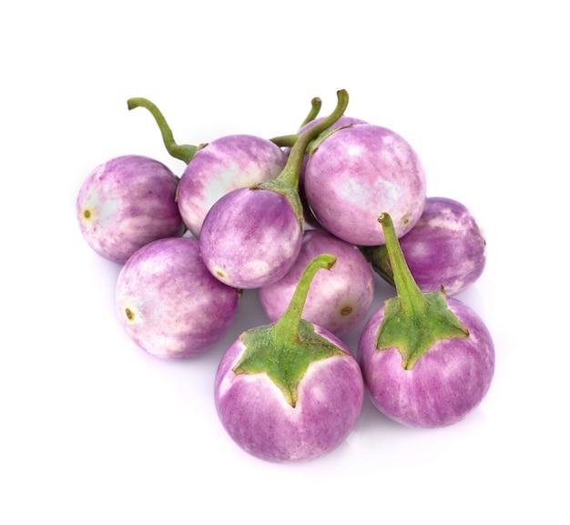 Brinjal viola isolato su sfondo bianco