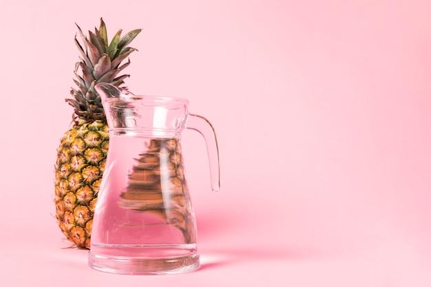 Brocca d'acqua e ananas a grandezza naturale