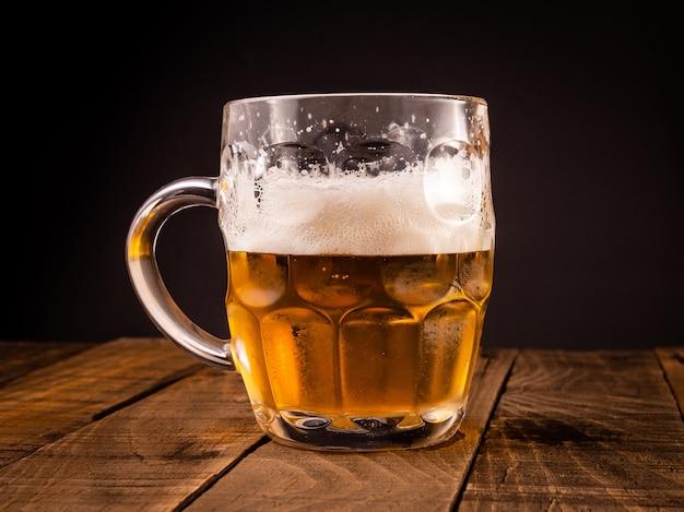 Brocca da birra molto fredda. concetto per la festa più oktoberfest.