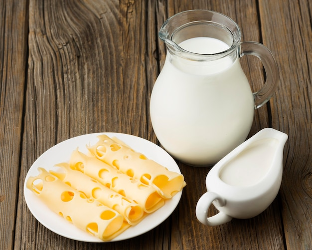 Brocca di latte organica del primo piano con formaggio