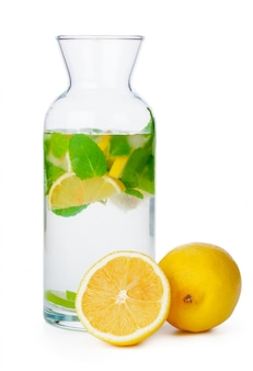 Brocca di limonata fatta in casa su sfondo bianco