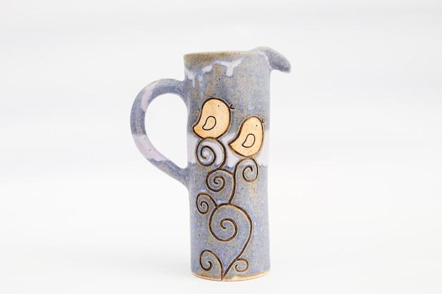 Brocca in gres ceramico con sfondo bianco