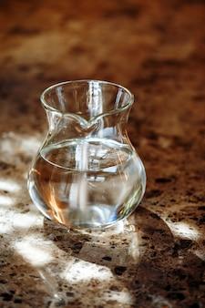 Brocca trasparente con due litri di acqua potabile
