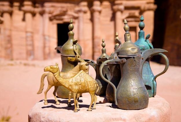 Brocche di ottone e figurine di animali vicino al monastero di petra, in giordania