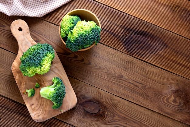 Broccoli crudi sul tavolo di legno. cibo sano, vista dall'alto. copia spazio.