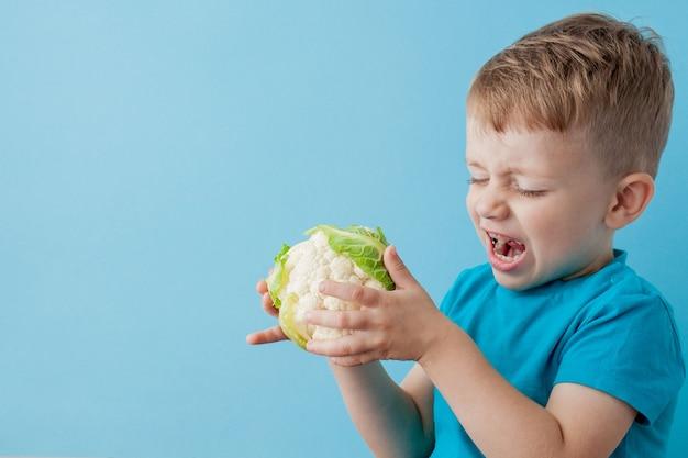Broccoli della tenuta di little boy in sue mani, dieta ed esercizio fisico per il concetto di buona salute