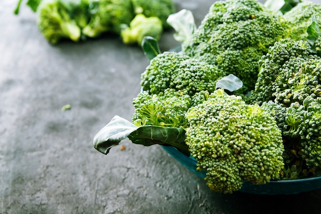 Broccoli di cavolo in un piatto su una superficie scura