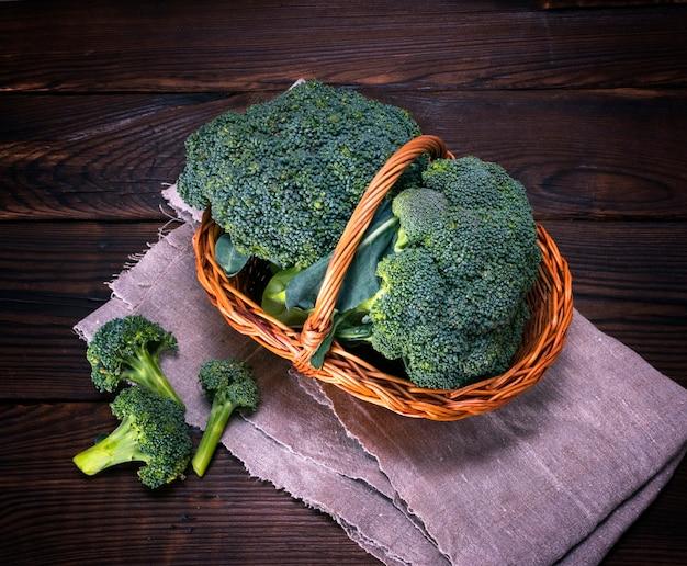 Broccoli di cavolo verde crudo in cesto di vimini marrone