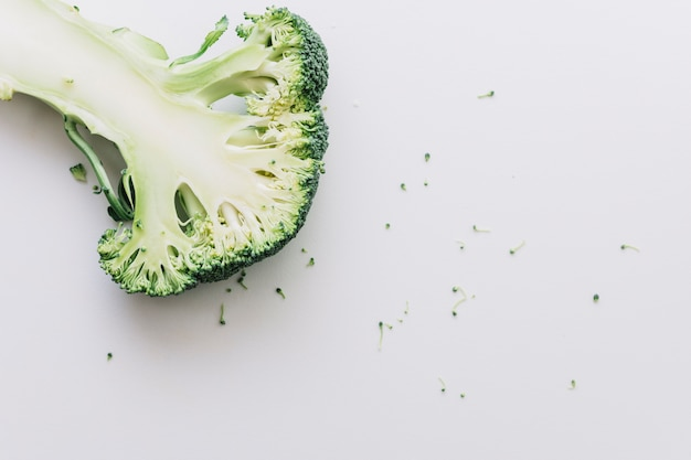 Broccoli divisi in due organici freschi isolati su fondo bianco