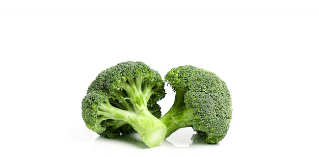 Broccoli ecologici freschi su bianco