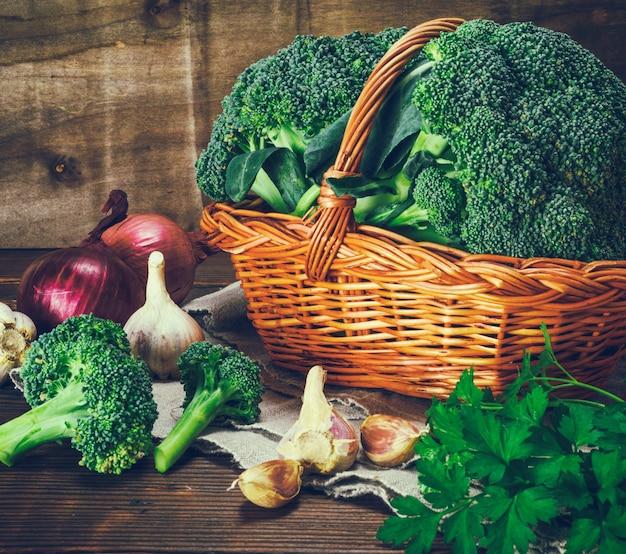Broccoli freschi in un cesto di vimini marrone