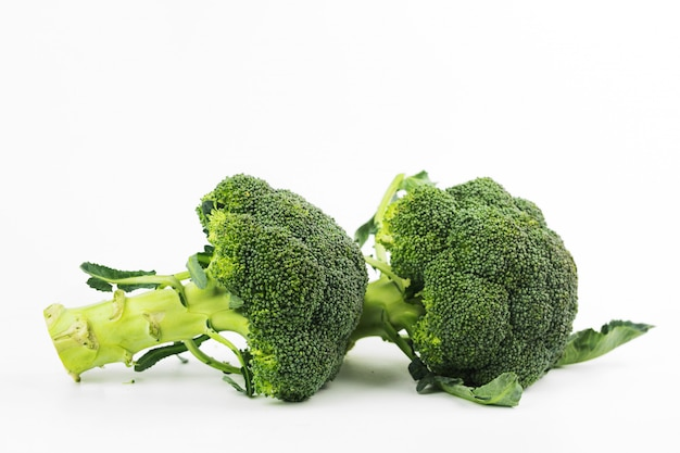 Broccoli freschi isolati su fondo bianco