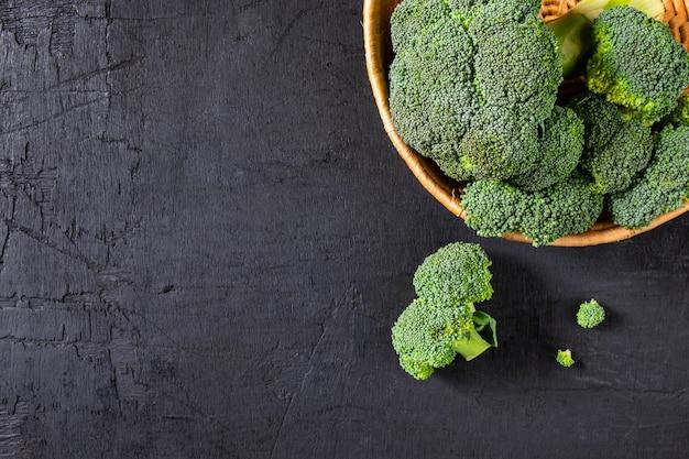 Broccoli freschi nel cestino.