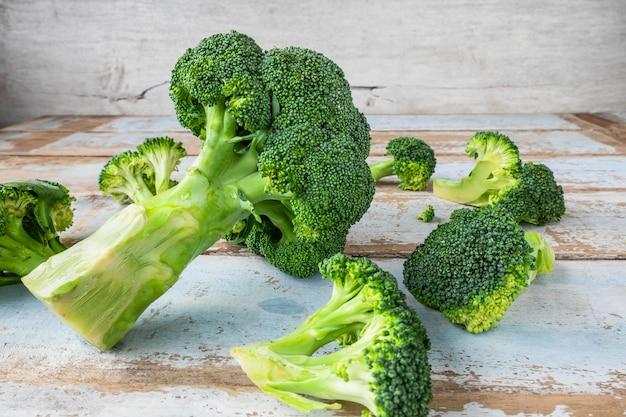 Broccoli freschi su tavole di legno.