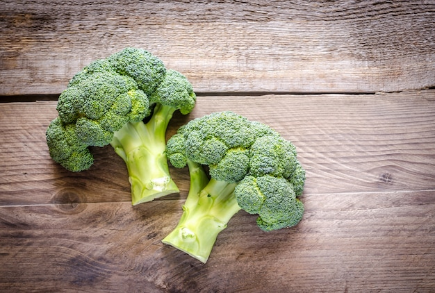 Broccoli freschi sulla tavola di legno