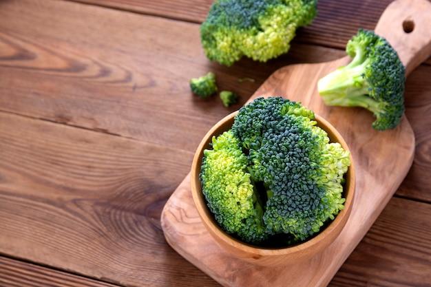 Broccoli in ciotola di legno sopra la tavola di legno. cibo salutare. copia spazio.