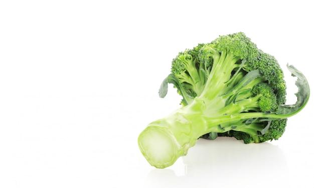 Broccoli su sfondo bianco