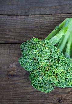 Broccoli su un tavolo di legno