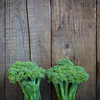 Broccoli su uno sfondo di legno