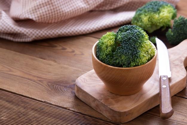 Broccoli sul tavolo di legno. cibo salutare. copia spazio.