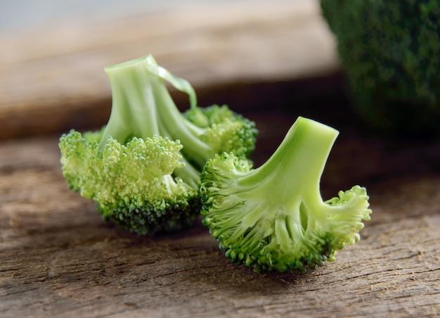 Broccoli verdi freschi su di legno