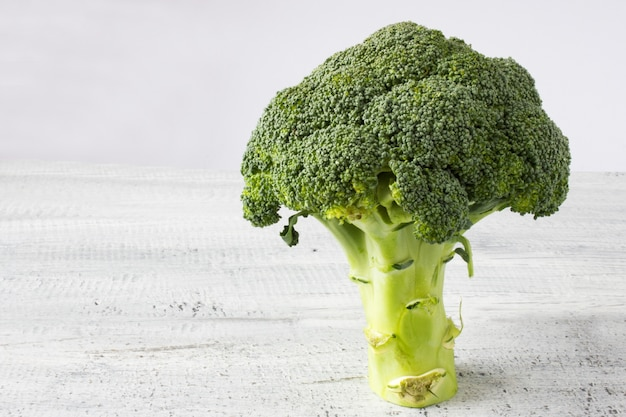 Broccoli verdi freschi su sfondo bianco