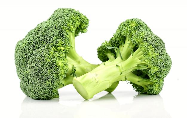 Broccoli verdi isolati su una priorità bassa bianca.