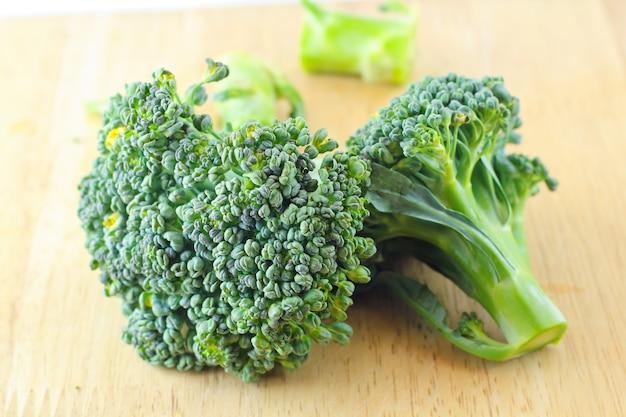 Broccoli verdi sul bordo di legno