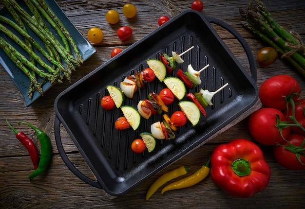 Brochette alla griglia con zucchine di pomodoro cipolla pepe