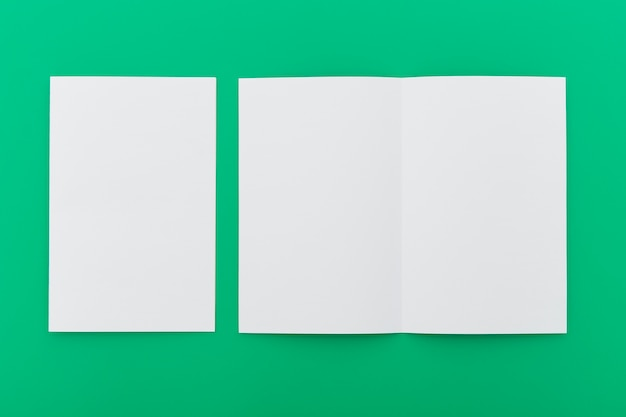 Brochure in bianco piegate sul tavolo